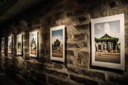 AUDRÉE DESNOYERS : Une exposition de photos saisissantes au Théâtre de Quat'Sous en marge de la pièce Chaîne de montage
