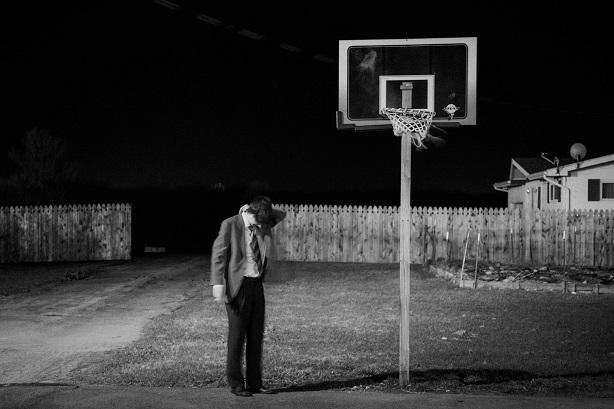 Basketball nocturne sur le stationnement d'un hôtel de bord d'autoroute. Quelque part.
