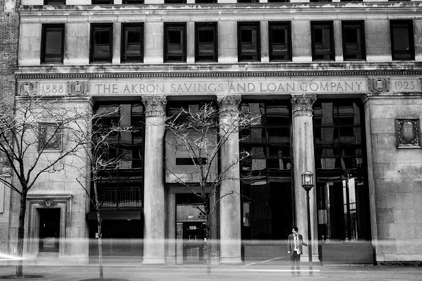 Emmanuel Schwartz devant The Akron Savings and Loan Company