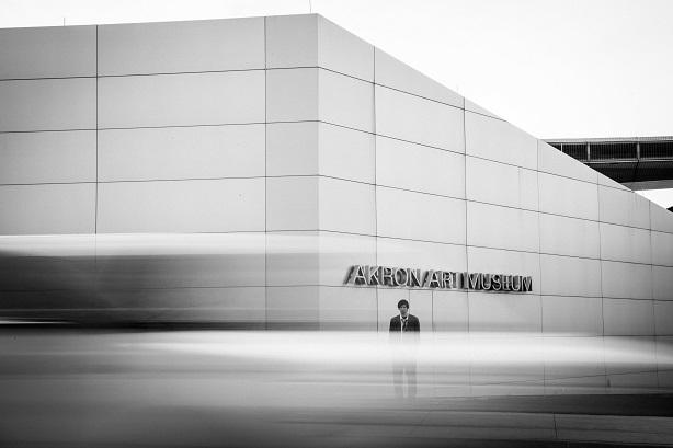 Emmanuel Schwartz devant le Akron Art Museum, musée qui détiendrait des œuvres d'Alfred McMoore sans pouvoir les exposer, en raison de leur taille monumentale