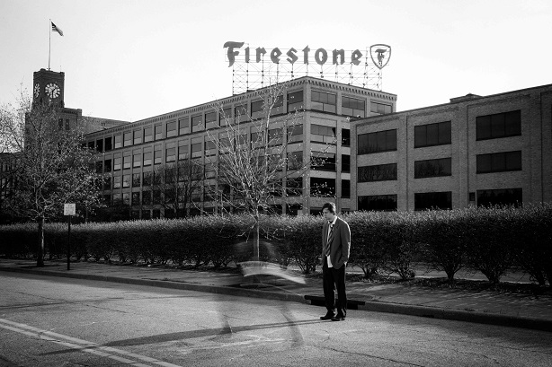 Emmanuel Schwartz devant l'usine Firestone. Akron est appelée la ville du caoutchouc, puisqu'une partie importante des pneus vendus en Amérique provient des usines de cette ville.
