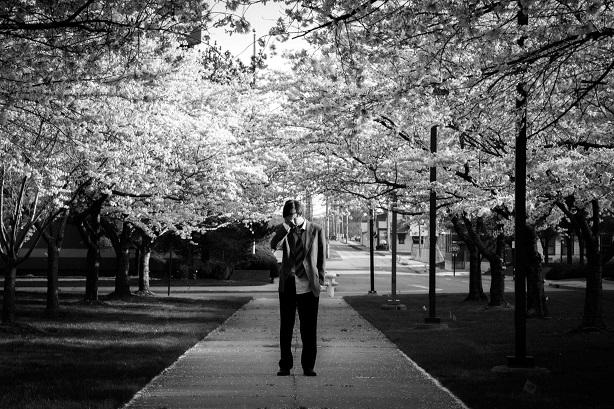 Emmanuel Schwartz sous les cerisiers diurnes en fleur, face à l'usine Firestone.