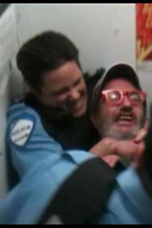 Retirer l'arme de l'agente Stéfanie Trudeau
