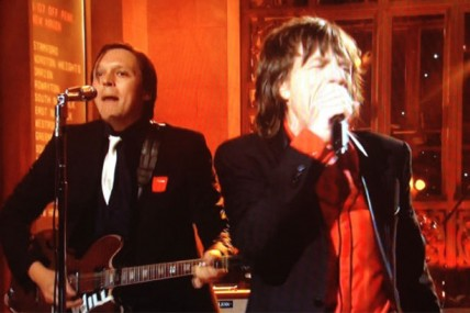 Les membres d'Arcade Fire portent le carré rouge à Saturday Night Live