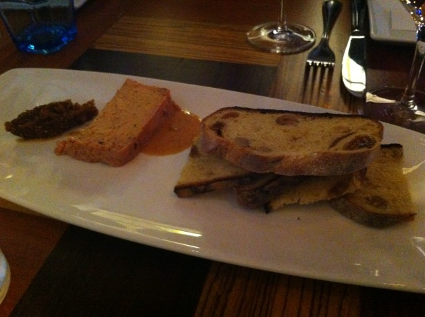 Terrine (consistance de mousse) de foie gras fumée (non perceptible) aux figues, servie avec du pain aux noisettes. Un délice!
