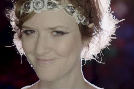 Mara Tremblay danse et roule dans le vidéoclip de la pièce <i>Lumières et diamants</i>
