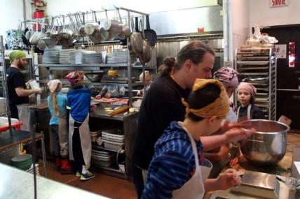 Camp de cuisine Robin des Bois : Former la relève pendant la relâche