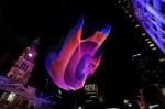 <i>1.26</i>: Une installation colorée, illuminée et flottante au-dessus de la place Émilie-Gamelin