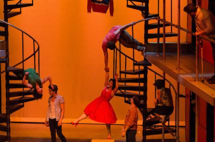 Ruelle à Montréal Complètement Cirque: petite romance entre voisins