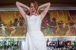 Emma Stone a du fun avec des matelots dans le nouveau clip de Will Butler